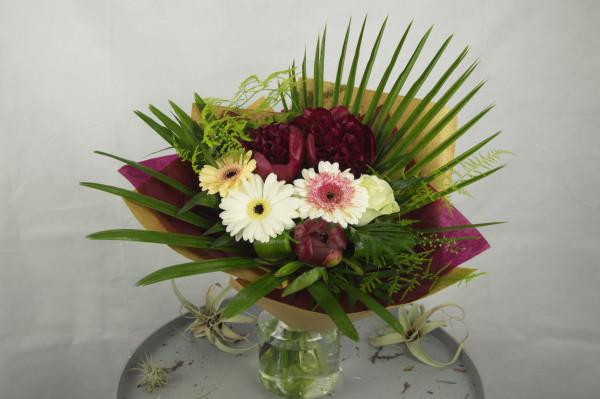 buchet de flori multicolor mixt cu bujori